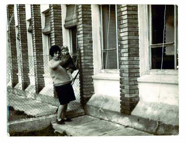 mi madre con mi hermano mayor en la vieja escuela
