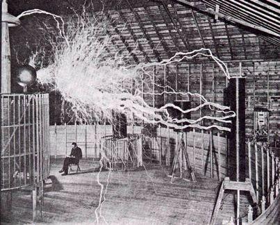 Tesla en su laboratorio de Colorado Springs